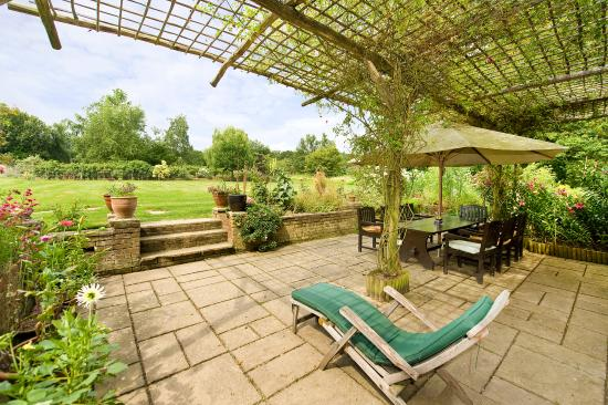 Biddenden, UK: Terrace overlooking garden
