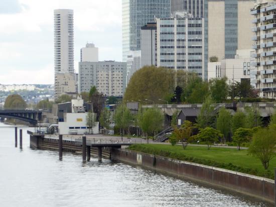 Courbevoie, France : pavillon discret à côté de la base nautique