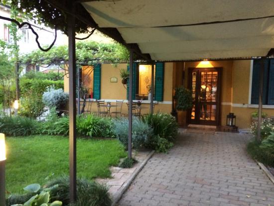 Antica Villa Graziella: Accés Hotel. Tables et chaises à l'extérieur, espace fumeurs.