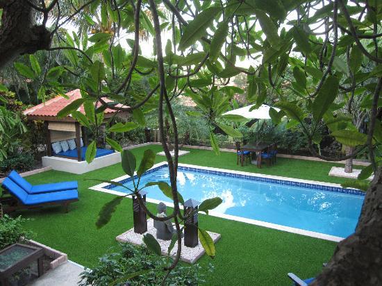 Villa L'Orangerie: Zwembad in tropische tuin met veel plaatsen om te relaxen