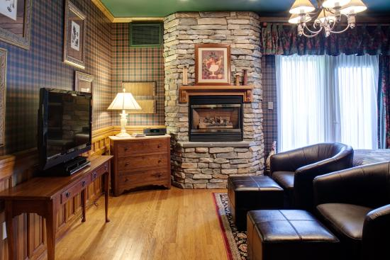 Ephrata, PA: Country Oak Suite