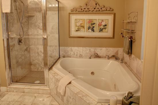 Ephrata, PA: Valentine Suite bath