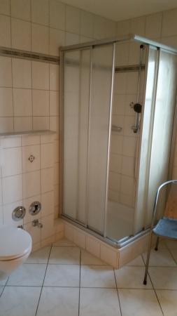 bad mit fenster, dusche, wc, waschbecken, fön - picture of pension, Hause ideen