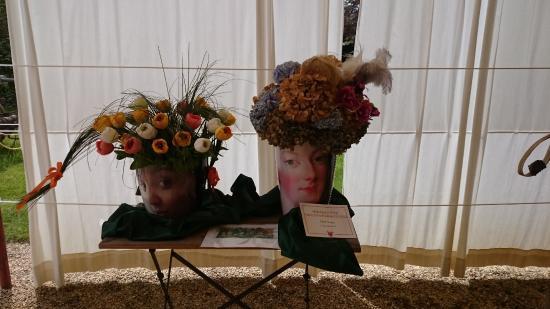 Pralormo, Italia: fiori in testa