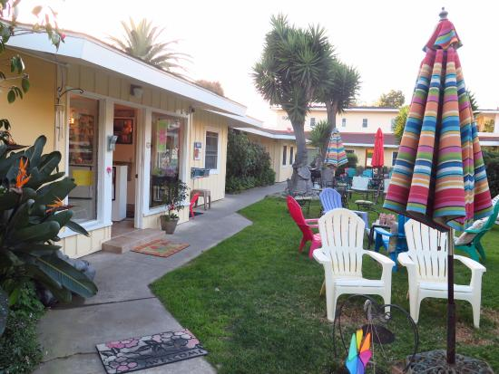 Beach House Inn: A lovely courtyard provides a pleasant place for coffee or wine, reading and relaxation.