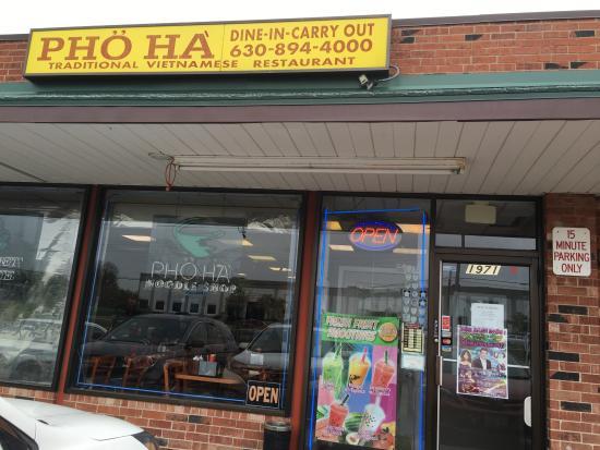 Glendale Heights, IL: お店。黄色の看板を目印に。