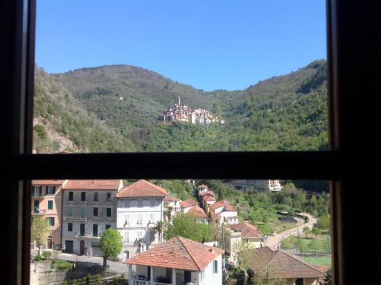 La Casa Rosa B&B : Looking up to Castel Vitorio from Pigna