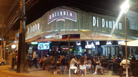 Canto Beach: Bar da esquina. Vive mudando o nome e a decoracao para atrair os clientes.