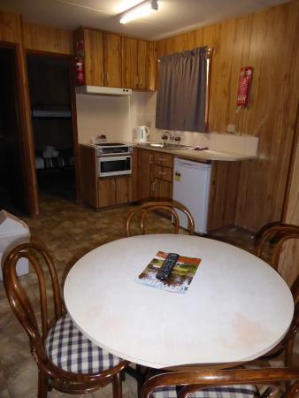Cowra Van Park : Standard 2 Bedroom Cabin