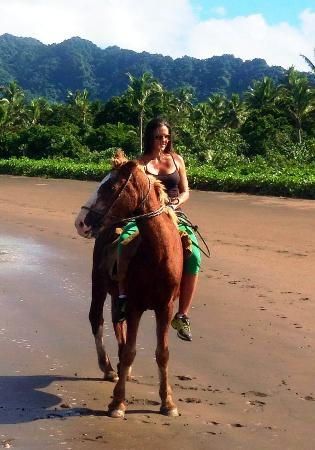 Naveria Heights Lodge: Horse riding on the beach and jungle