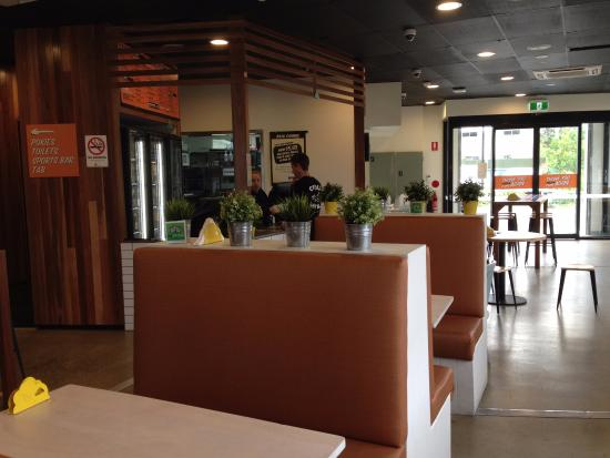 Tweed Heads, Australia: Order Counter with Booths and table and chairs
