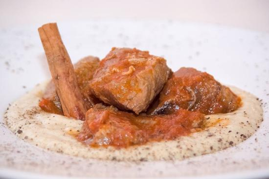 """Marousi, Yunanistan: """"Hunkiar Begiendi"""" Veal in red sauce with smoked eggplant puree"""