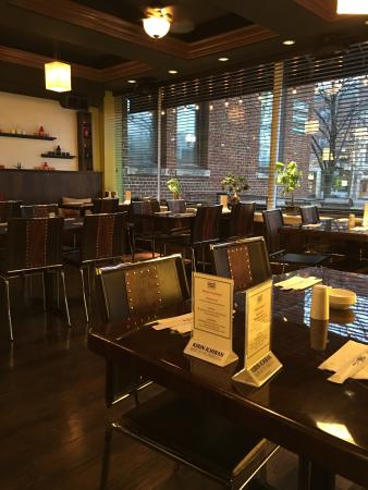 Highland Park, IL: Indoor dining area - there is also a nice outdoor space in nicer weather