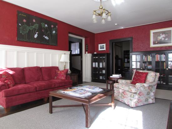 The Troy-Bumpas Inn Bed and Breakfast: Front Parlor