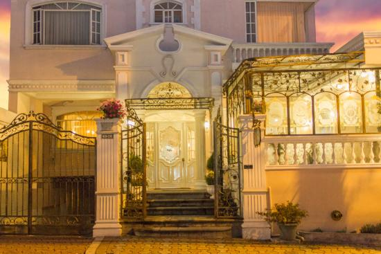 Eugenia Hotel: The entrance of the hotel is unique and special , it sure makes you feel like home