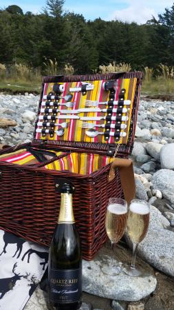 Fiordland National Park, Nueva Zelanda: The picnic they provide with bubbles included!