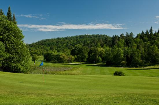 Mont Cascades Golf Club: 16th hole, view from the elevated green back towards the fairway 