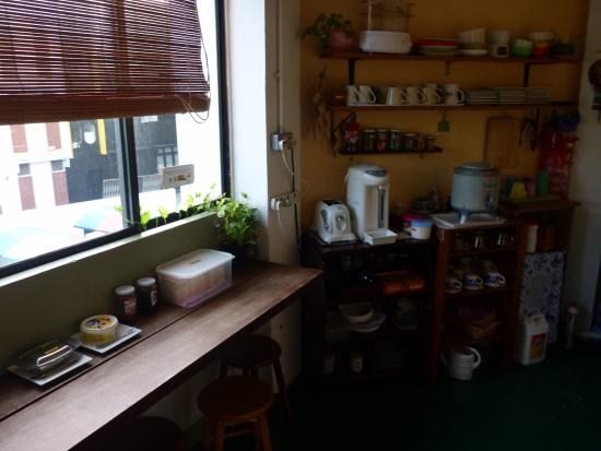 Dillenia Guest House: Well equipped small guest kitchen.