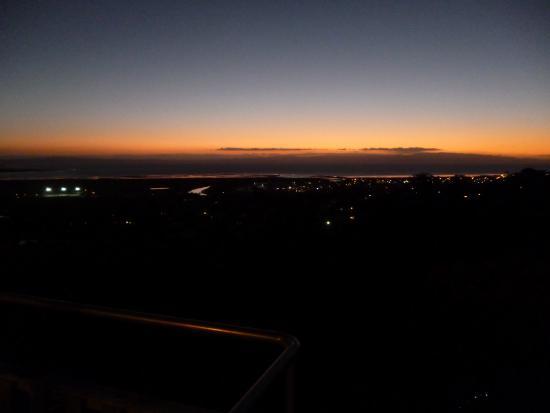Τάμεσης, Νέα Ζηλανδία: The sun disappears over the Firth of Thames.