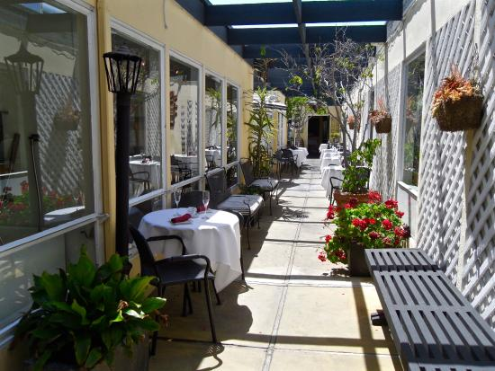 Finchs Bistro & Wine Bar: Outside seating - optional inside.