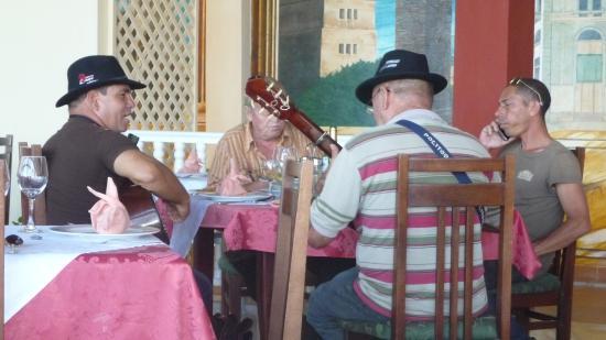 BuenaVista Gibara : Guitaristes prenant le repas de midi en chanson.