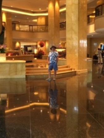 Shangri-La Hotel Kuala Lumpur: Lawrence viewing some of the shops within the hotel