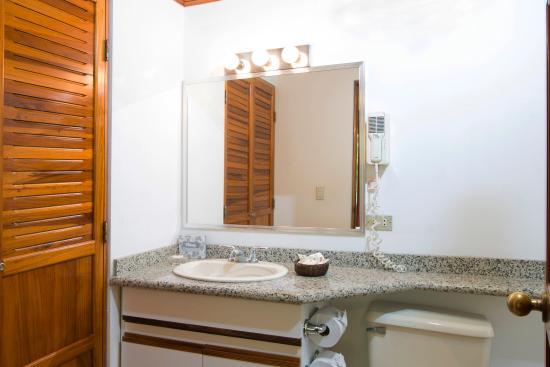 Apartotel & Suites Villas del Rio: Bathroom Suite A