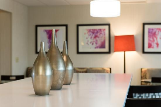 Holiday Inn Express Walterboro: Well appointed spacious guest dining lounge