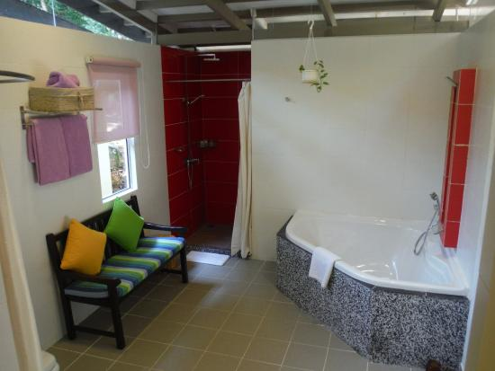 Manukan Island, Malasia: シャワールームと浴槽が別です。
