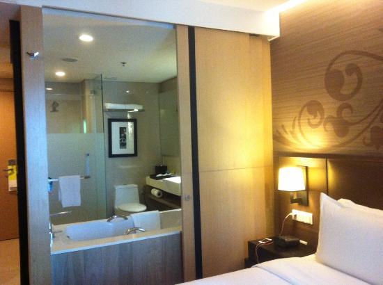 Four Points By Sheraton Bangkok, Sukhumvit 15 : Connecting sliding door to the bathroom