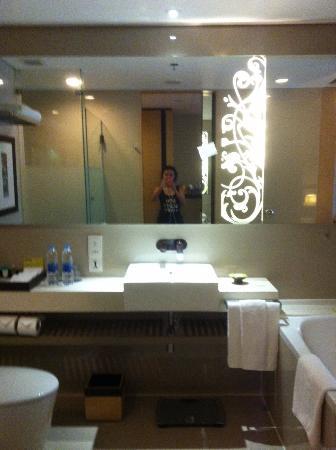 Four Points By Sheraton Bangkok, Sukhumvit 15 : Modern bathroom