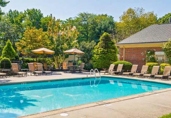 Tinton Falls, NJ: Outdoor Pool