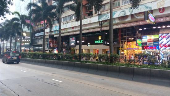 Golden Crown Guesthouse: halte bus ke airport ( bus A21) itu diseberang hotel, patokan toko rolex,nanti antri disitu ya,