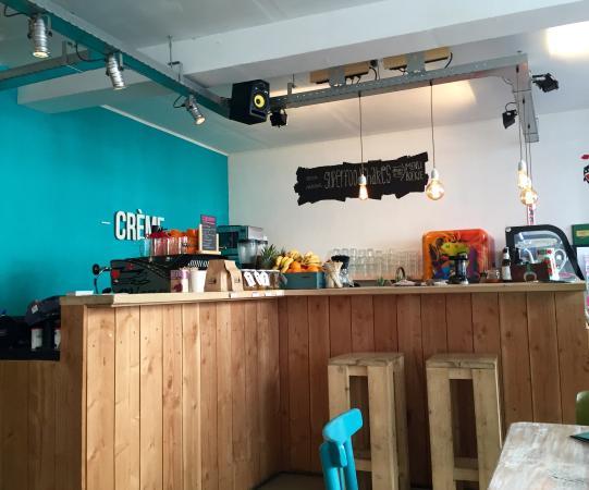 Leuke decoratie op de tafeltjes bild von creme coffee & pastry