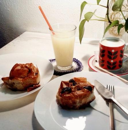 Banitsas de ternera y de plátano-chocolate, con limonada casera y café con leche