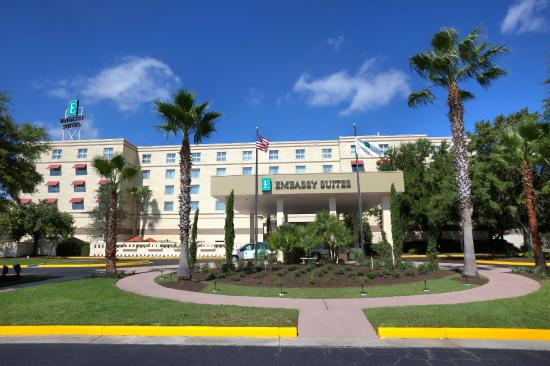Embassy Suites by Hilton Brunswick: Hotel Exterior
