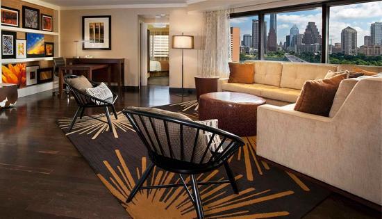 Embassy Suites by Hilton St. Paul - Downtown: Suites Living Area