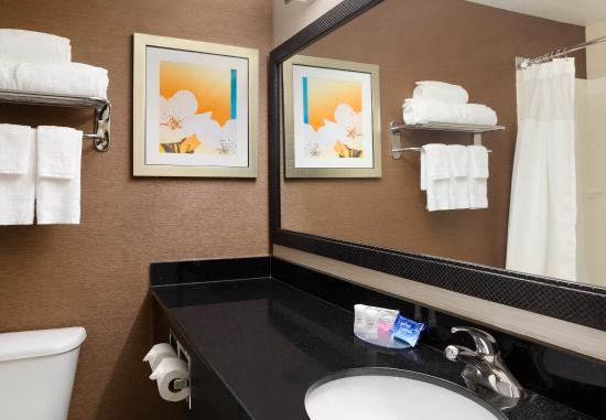 Roseville, MN: Suite Bathroom