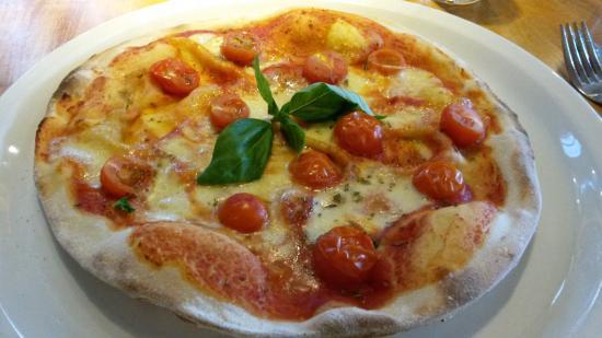 The White Swan: Margherita pizza