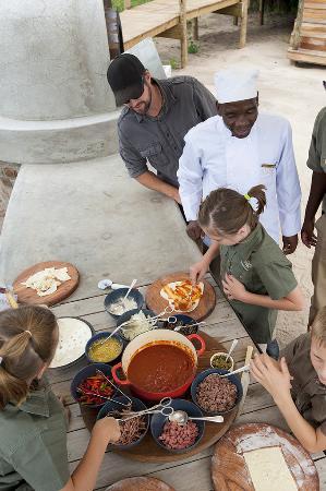 Parque Nacional de Hwange, Zimbabue: Making Pizza at Somalisa Camp