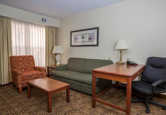 Independence, MO: Studio Suite - Living Area