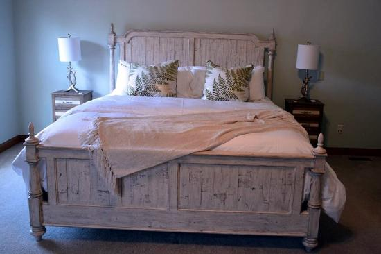 Augusta, Миссури: You will find the color palate of this farm-house style room is soothing and welcoming, with som