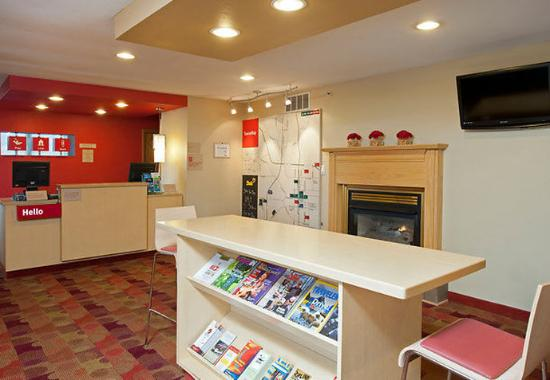TownePlace Suites Bloomington: Lobby & Front Desk