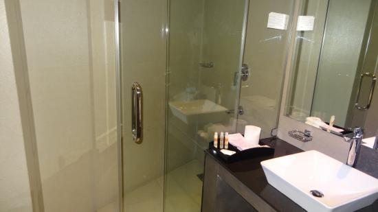 Tr s belle salle de bains avec douche produits de toilette fournis picture of hotel thilanka for Belle salle de bain douche