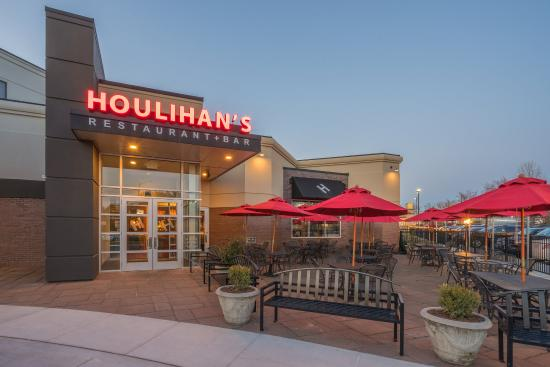 Herndon, VA: Houlihan's outside seating patio to enjoy good weather.