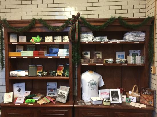 Saranac Lake, estado de Nueva York: Browse our gift shop for books on tuberculosis and local history, postcards, and even stuffed TB