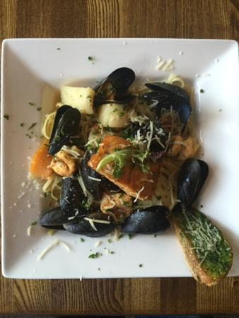 Carle Place, Nowy Jork: Enjoy fine eclectic Italian/American cuisine at LiLLiES Restaurant