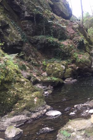 Menai Bridge, UK: Hidden small waterfall