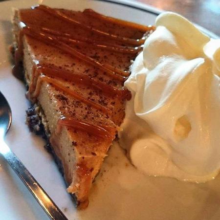 Wayne's Coffee: Caramel cheesecake med grädde.