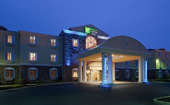 Holiday Inn Express Hotel & Suites: Hotel Exterior at Night